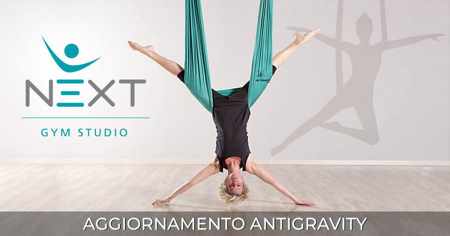 Elisa di Next Gym Studio esegue un asana di Antigravity Yoga